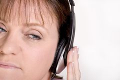 женские наушники слушая Стоковое Изображение