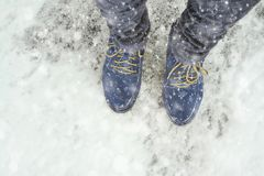 Женские ноги в ботинках на снежной мостоваой Стоковое Фото