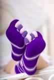 Женские ноги в пурпуровых носках Стоковое Фото