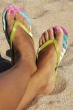 Женские ноги в сланцах Стоковые Фото