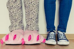 Женские ноги в тапочках и тапках Стоковая Фотография RF