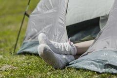 Женские ноги в теплых носках Стоковое фото RF