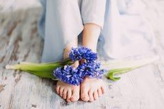Женские ноги и гиацинт цветка весны стоковое изображение