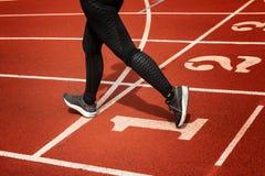 Женские ноги и идущие ботинки женщины спорта jogging дальше Стоковые Изображения RF