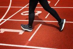 Женские ноги и идущие ботинки женщины спорта jogging дальше Стоковое Фото