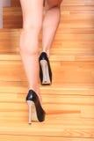 Женские ноги поднимают лестницы Стоковое Фото