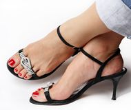 Женские ноги с причудливыми ботинками Стоковое Фото