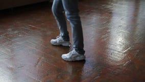 Женские ноги танцуя breakdance на танцплощадке, конец-вверх сняли танцуя ног видеоматериал