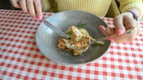 Женские нож рук и вилка и плита с салатом тунца, яйцами, свежими листьями салата, красивой едой диеты видеоматериал