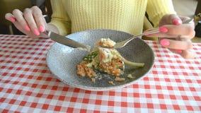 Женские нож рук и вилка и плита с салатом тунца, яйцами, свежими листьями салата, красивой едой диеты акции видеоматериалы
