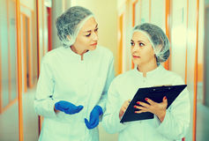 Женские доктора обсуждая процедуры по красоты Стоковая Фотография