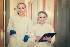 Женские доктора обсуждая процедуры по красоты Стоковое Изображение RF
