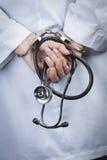 Женские доктор или медсестра в наручниках держа стетоскоп стоковые изображения rf