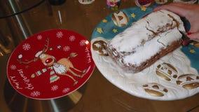 Женские отрезки stollen торт марципана рождества традиционный немецкий на блюде акции видеоматериалы