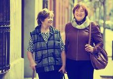 Женские пенсионеры на прогулке города стоковое изображение rf