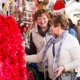 Женские пенсионеры покупая украшения X-mas стоковые фото