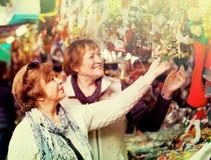 Женские пенсионеры покупая украшения X-mas Стоковые Фотографии RF