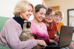 Женские пенсионеры с компьтер-книжкой крытой Стоковое Фото