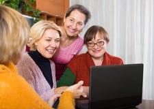 Женские пенсионеры с компьтер-книжкой крытой Стоковая Фотография RF