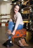 Женские покупая женщины зимы ботинки Стоковые Фотографии RF