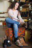 Женские покупая женщины зимы ботинки Стоковые Изображения