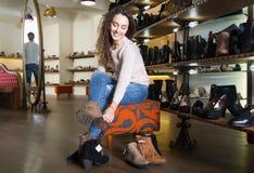 Женские покупая женщины зимы ботинки Стоковое Изображение