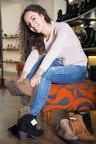 Женские покупая женщины зимы ботинки Стоковая Фотография