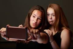 Женские подростковые друзья в студии принимая selfie стоковая фотография rf