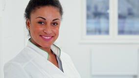 Женские представления доктора на больницу стоковые изображения rf