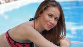 Женские представления модели около бассейна сток-видео
