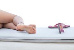 Женские привлекательные ноги на sunbed Стоковое фото RF