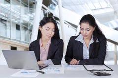 Женские работники обсуждая в офисе Стоковые Фото