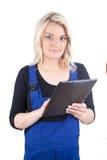 Женские ремесленник/craftswoman с цифровой таблеткой Стоковые Изображения