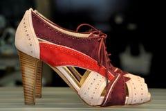 женские розовые красные ботинки стоковые изображения