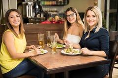Женские друзья есть в ресторане Стоковое фото RF