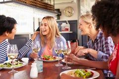 Женские друзья есть на ресторане Стоковое фото RF