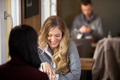 Женские друзья имея кофе на кафе стоковые изображения rf