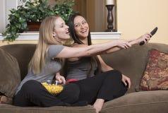 Женские друзья смотря ТВ Стоковое Изображение