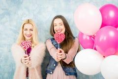 Женские друзья с конфетой и baloons Стоковое Изображение