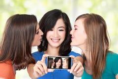 Женские друзья фотографируя Стоковое Изображение