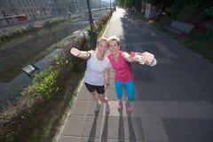 Женские друзья jogging Стоковые Изображения