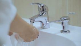 Женские руки включают воду сток-видео