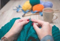 Женские руки вязать ткань Стоковая Фотография