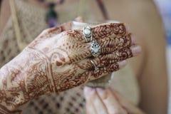 Женские руки декоративно покрашенные хной стоковое фото rf