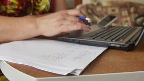 Женские руки делая вычисления домашних финансов, houskeeping учета, вклада, экономики, сохраняя денег или страхования видеоматериал