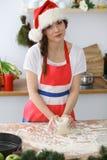 Женские руки делая тесто для пиццы или хлеба на деревянном столе Концепция выпечки Стоковое фото RF