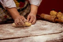 Женские руки делая тесто для пиццы тесто хлеба близкое составляя Стоковые Фотографии RF