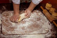Женские руки делая тесто для пиццы тесто хлеба близкое составляя Стоковая Фотография