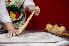 Женские руки делая тесто для пиццы тесто хлеба близкое составляя Стоковое фото RF