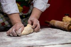 Женские руки делая тесто для пиццы тесто хлеба близкое составляя Стоковые Изображения RF